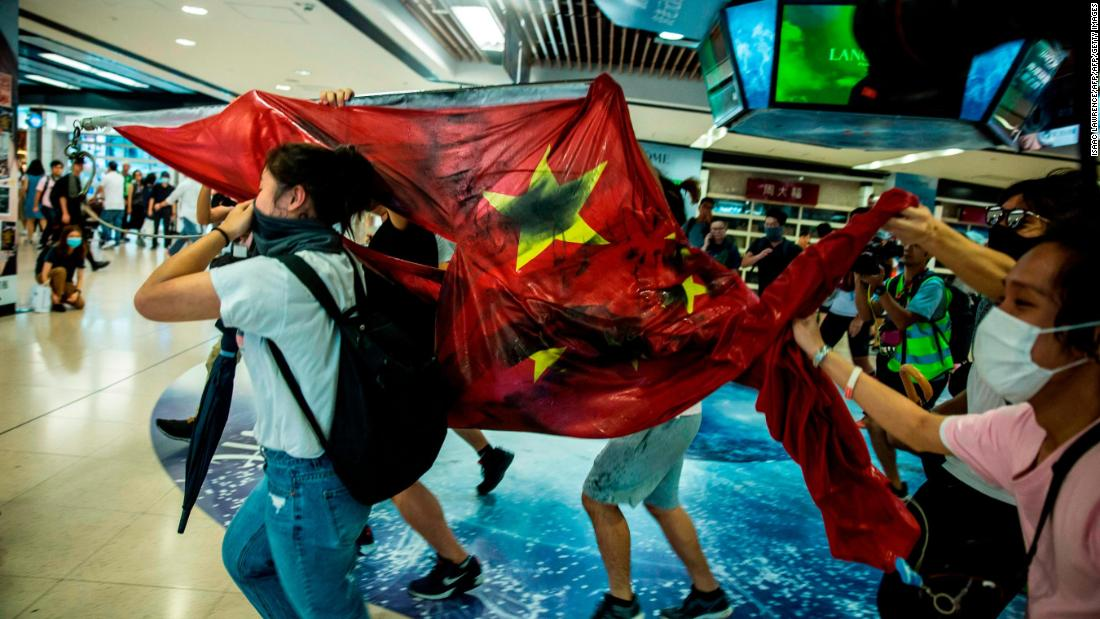 Violence and chaos spreads through Hong Kong as protests enter 16th week | SD News